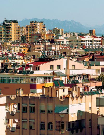 Stadt, Berge, Satellitenschüssel, Photovoltaik, Hotel